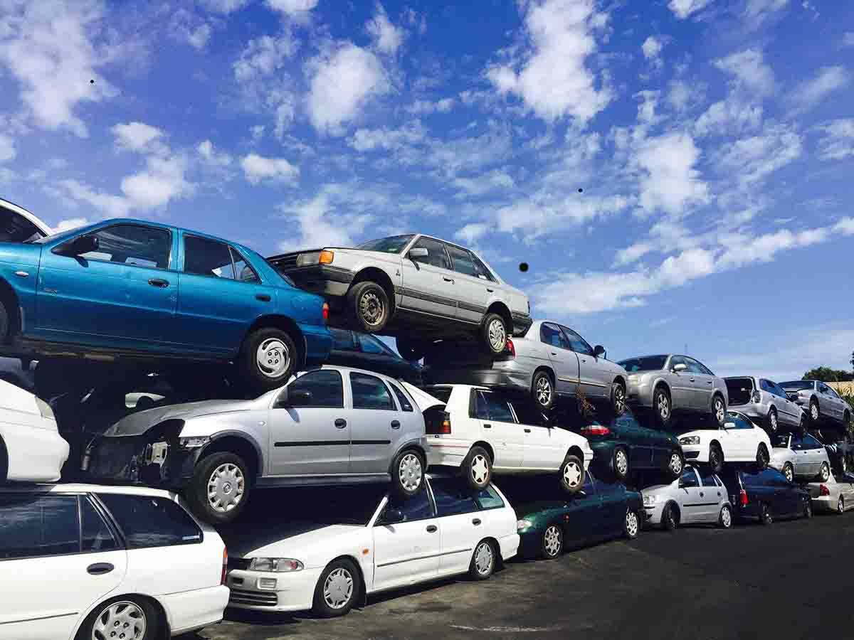 scrap-cars-stacked-up